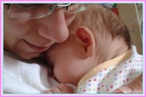 Anya karjában szunyókálva